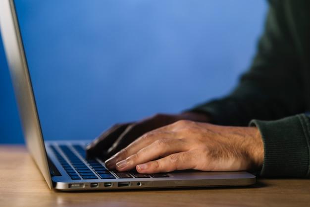 Vista de cerca de hacker escribiendo