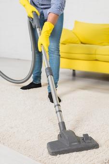 Vista de cerca de hombre limpiando su casa