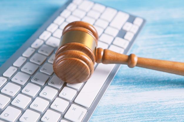 Vista de cerca de un martillo y un teclado de computadora.