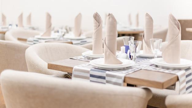 Vista de cerca de una mesa en cafetería o restaurante