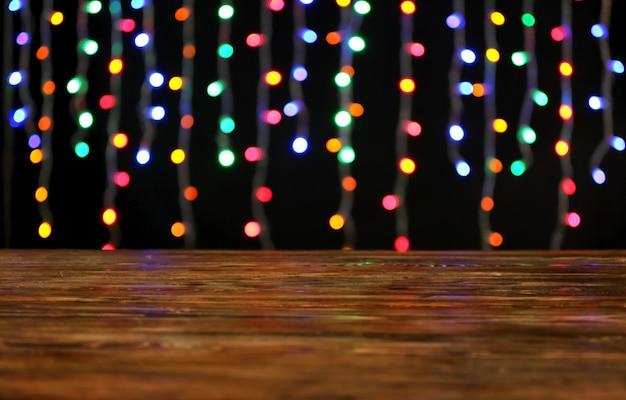 Vista de cerca de la mesa de madera con luces brillantes