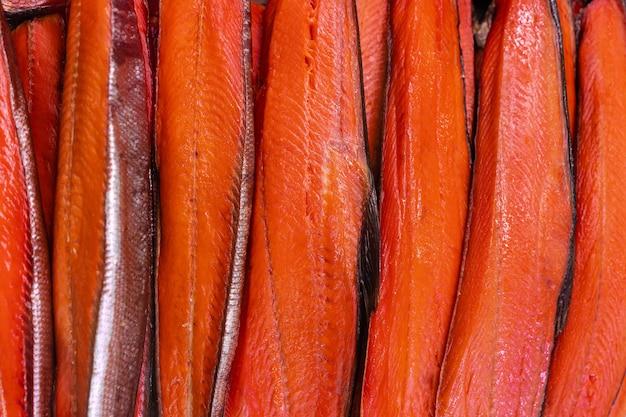 Vista de cerca de mucho filete salado pescado rojo ahumado en frío king salmon. mariscos del pacífico preparados y listos para consumir. salmón chinook de pescado del pacífico: cocina asiática delicada como aperitivo para un plato festivo.