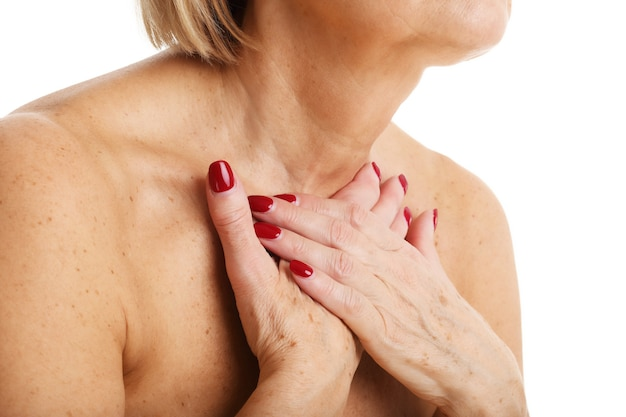 Vista de cerca de una mujer adulta con glándula tiroides aislada sobre fondo blanco