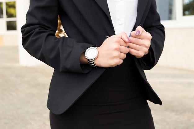 Vista de cerca de mujer de negocios moderna