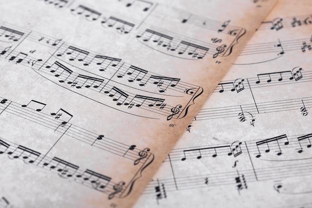 Vista de cerca de notas de música en papel