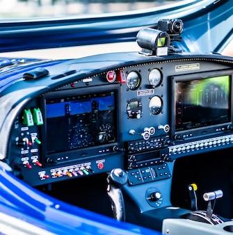 Vista de cerca del panel de control del avión