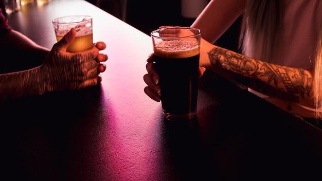 Vista de cerca de pareja en bar