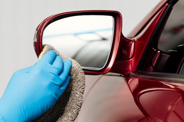 Vista de cerca de persona limpiando exterior de coche