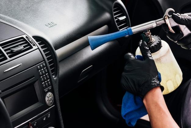 Vista de cerca de persona limpiando interior de coche