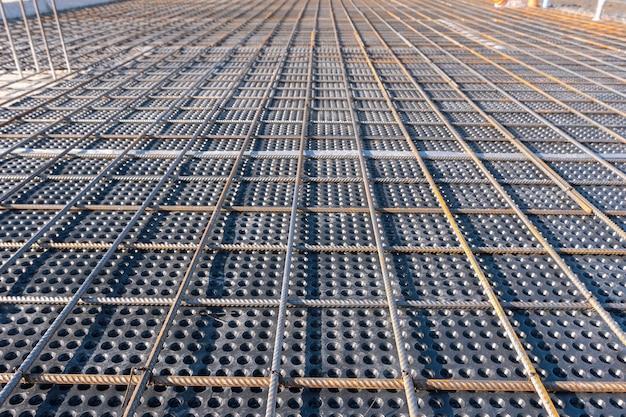 Vista de cerca del refuerzo de la alineación geométrica de hormigón de las barras de refuerzo en el sitio de construcción
