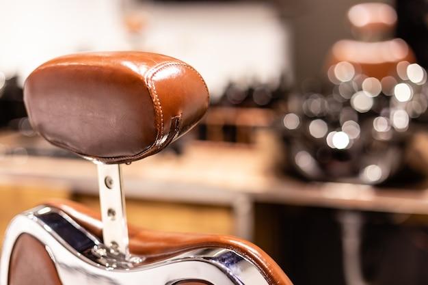 Vista de cerca de un sillón en la barbería