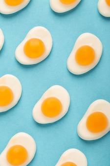 Vista cercana del arreglo de gelatina de huevo