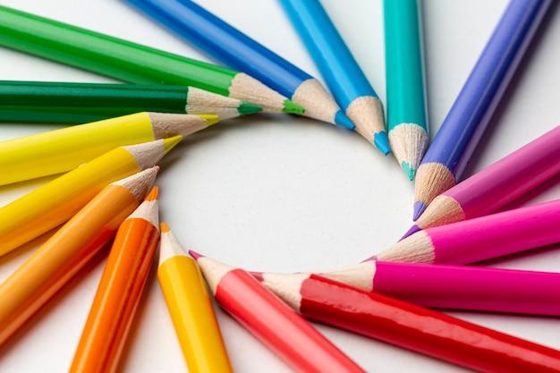 Vista cercana del arreglo de lápices de colores