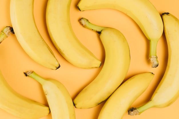 Vista cercana del arreglo de plátanos sobre fondo liso