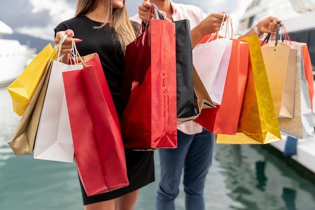 Vista cercana de bolsas de compras