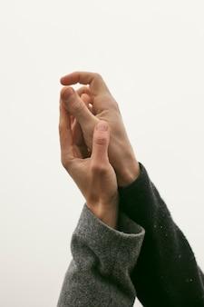 Vista cercana del concepto de manos de pareja
