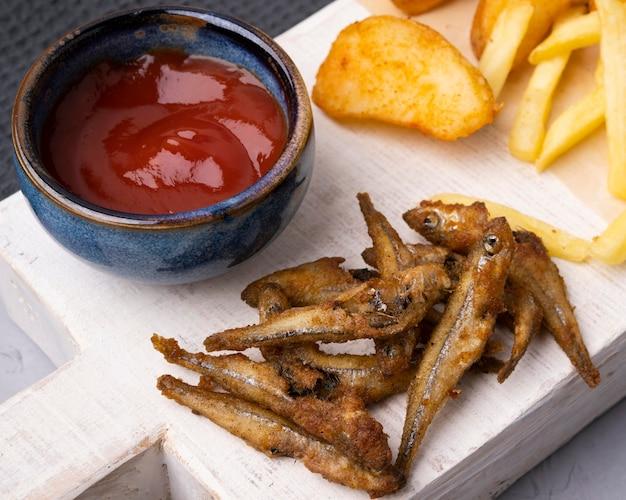 Vista cercana del concepto de pescado y patatas fritas