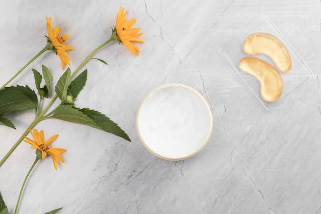 Vista cercana de crema de mantequilla corporal sobre fondo de mármol