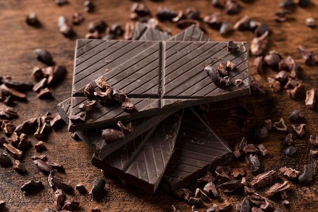 Vista cercana de delicioso chocolate en mesa de madera