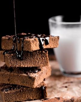 Vista cercana de delicioso pastel de chocolate