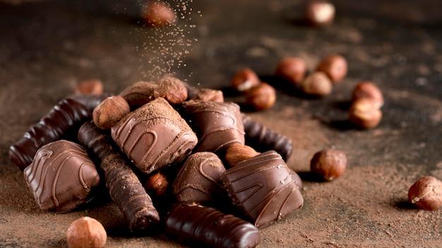 Vista cercana del delicioso surtido de chocolate