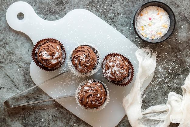Vista cercana de deliciosos cupcakes de chocolate