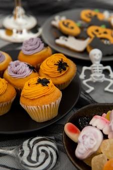 Vista cercana de deliciosos cupcakes de halloween