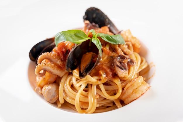 Vista cercana de deliciosos espaguetis con mariscos