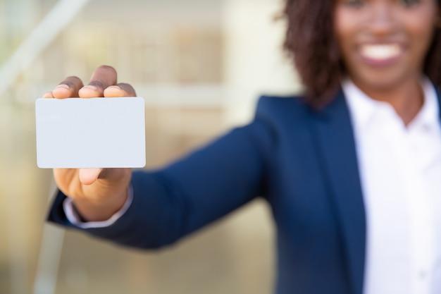 Vista cercana de empresaria con tarjeta en blanco