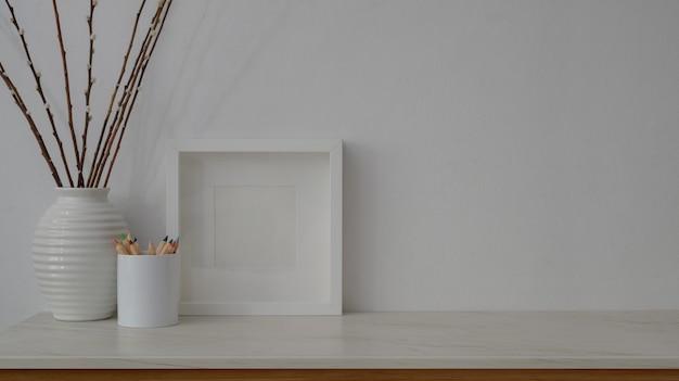 Vista cercana del espacio de trabajo mínimo en la mesa de mármol con pared blanca