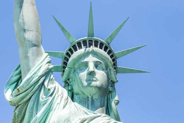 Vista cercana de la estatua de la libertad sobre el cielo azul