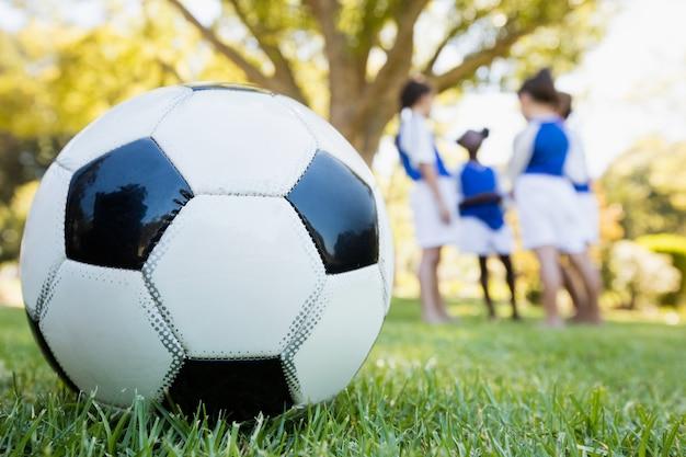 Vista cercana extrema del globo de fútbol