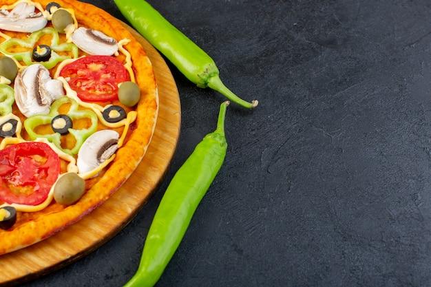 Vista cercana frontal deliciosa pizza con tomates rojos, pimientos, aceitunas y champiñones