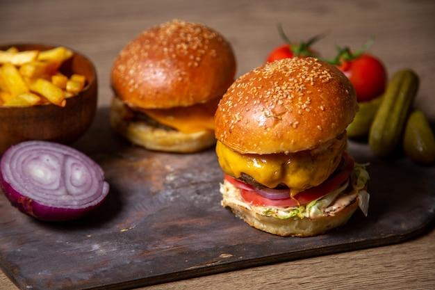 Vista cercana frontal sabrosas hamburguesas cursi con papas fritas