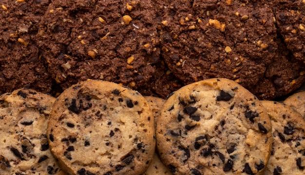 Vista cercana de galletas de chispas de chocolate con cereales, nueces y cacao