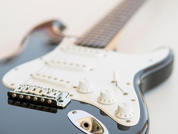 Vista cercana de hermosa guitarra