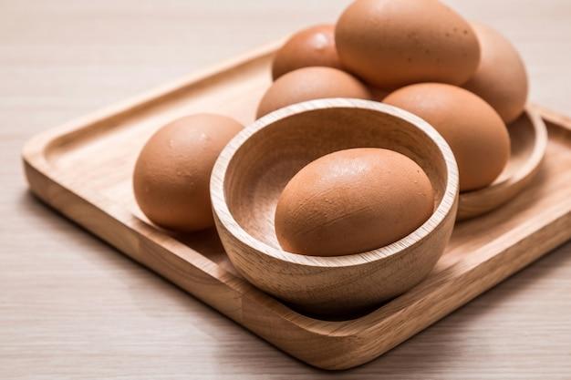 Vista cercana de huevos de gallina en la mesa de madera