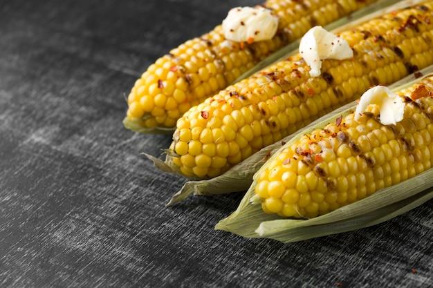 Vista cercana de maíz horneado con mantequilla