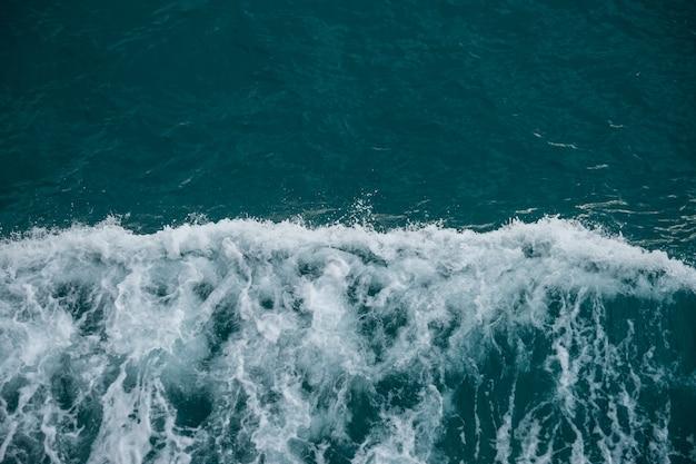 Vista cercana del mar agitado, agua azul hermosa del océano y las olas