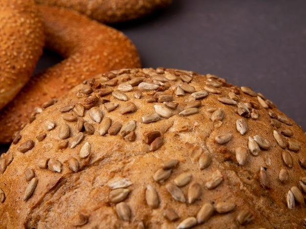 Vista cercana de la mazorca de semillas marrones con rosquillas sobre fondo marrón con espacio de copia