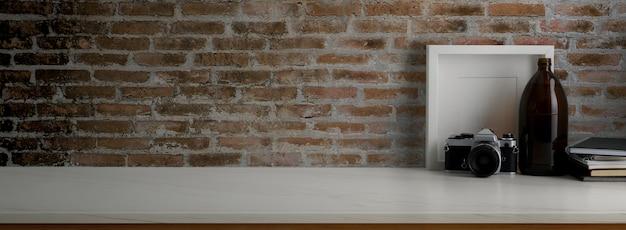 Vista cercana de la mesa de trabajo contemporánea con decoraciones en el escritorio de mármol con pared de ladrillo