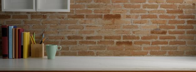 Vista cercana de la mesa de trabajo de moda con papelería, taza de café y espacio de copia