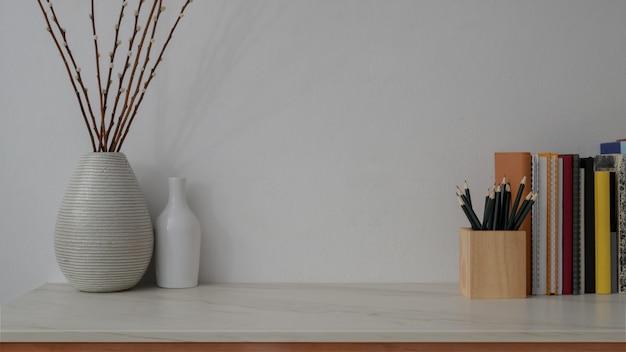 Vista cercana del moderno espacio de trabajo en el escritorio de mármol con pared blanca