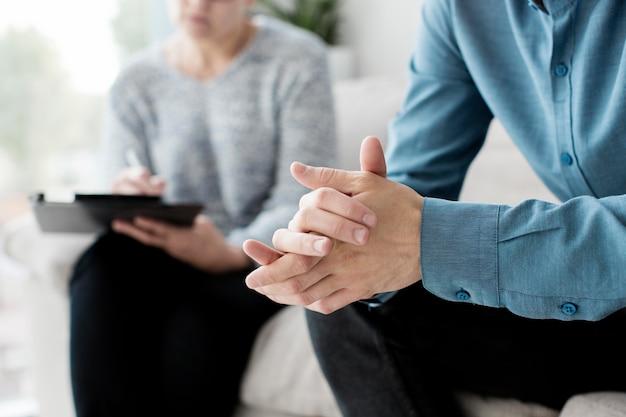 Vista cercana del paciente y psicólogo