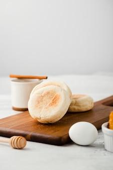 Vista cercana de panecillos de desayuno