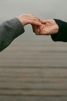 Vista cercana de la pareja cogidos de la mano