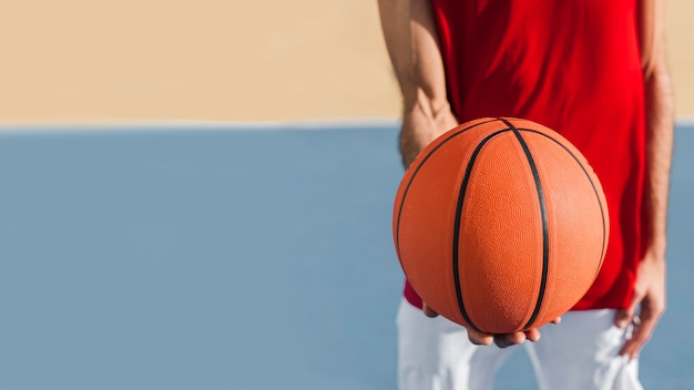 Vista cercana de pelota de baloncesto con espacio de copia