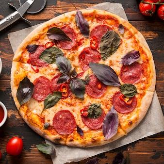 Vista cercana de pizza en mesa de madera