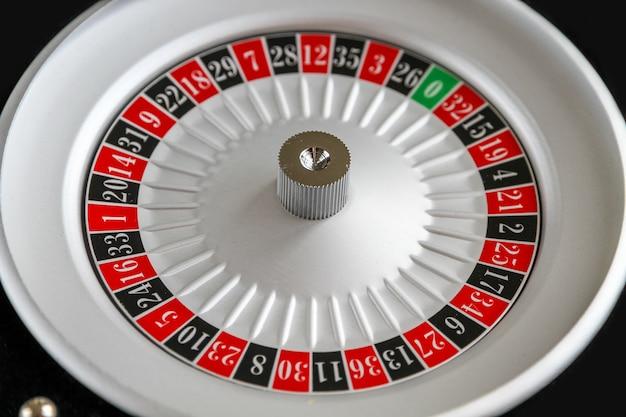 Vista cercana de la rueda de la ruleta del casino. fondo negro