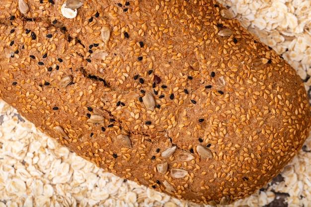 Vista cercana de sándwich de pan en el fondo de avena